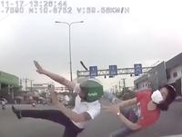 Vượt đèn đỏ sang đường, hai người đi xe máy bị ô tô hất tung