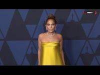 Jennifer Lopez rực rỡ với váy vàng