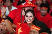 Hoa hậu Di Khả Hân hòa cùng cổ động viên cổ vũ đội tuyển Việt Nam