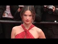 Alessandra Ambrosio rực rỡ váy đỏ