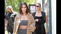 Kim và Khloe Kardashian đi mua sắm