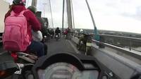 Nhiều người thản nhiên dừng xe, buôn bán hàng rong ngay trên cầu