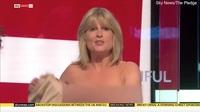Nữ MC Anh cởi áo trên truyền hình để nêu quan điểm về Brexit