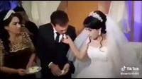 Cô dâu ăn tát vì trêu đùa chú rể trong lễ cưới