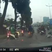 """Đang đi trên đường, xe máy bất ngờ tông phải cô gái... """"từ trên trời rơi xuống"""""""