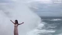 """Cô gái suýt chết khi mạo hiểm chụp hình ở vách đá """"Nước mắt của quỷ"""""""