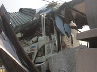 Xe tải tông sập tiệm cắt tóc, chủ tiệm đòi đền bù 250 triệu đồng