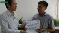 Giám đốc Bệnh viện Quận 2 trao tiền bạn đọc Dân trí hỗ trợ bệnh nhân Ngọc Vui
