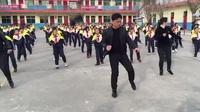 Trung Quốc: Thầy hiệu trưởng hướng dẫn toàn trường tập nhảy gây sốt mạng