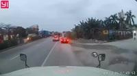 Chạy ẩu khiến xe tải bị lật, nam thanh niên đi xe máy bỏ chạy khỏi hiện trường