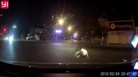 Cái kết đau cho thanh niên đầu trần chạy xe máy vượt đèn đỏ