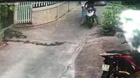 Khó hiểu hai thanh niên đi lấy trộm... thùng rác tại Sài Gòn