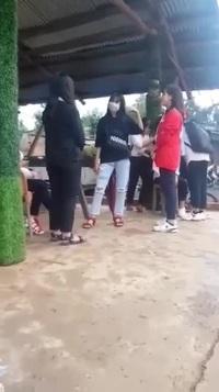 Dù bị hứng gần 20 cái tát nhưng nữ sinh vẫn đứng im chịu đòn vì bị các bạn đe dọa