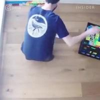 Chàng trai 24 tuổi kiếm hàng ngàn USD nhờ bán tranh từ…khối Rubik!