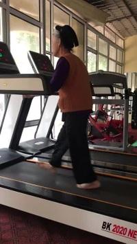Clip tập đi bộ trên máy của cụ bà 84 tuổi