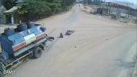 Không giảm tốc độ khi qua ngã tư, người đi xe máy thoát chết thần kỳ dưới bánh xe bồn