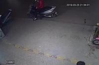 Dừng xe máy bên đường, một phụ nữ bị ô tô tông từ phía sau
