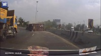 Chiếc xe container đổ suýt đè lên xe máy