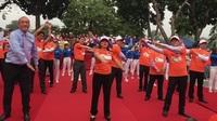 Bộ trưởng Bộ Y tế Nguyễn Thị Kim Tiến, ông Kidong Park- Trưởng Đại diện Tổ chức Y tế thế giới tại Việt Nam cùng các đại biểu tham gia tập 3 phút giữa giờ tại Lễ mít tinh hưởng ứng chương trình Sức khoẻ Việt Nam
