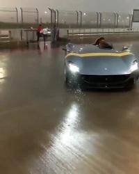 """""""Khổ"""" như lái siêu xe Ferrari trị giá hơn 1,7 triệu USD"""