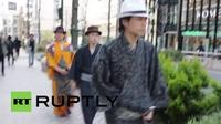 Người Nhật Bản đem kiếm đạo vào việc dọn dẹp đường phố!