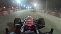 """""""Ngồi cùng"""" David Coulthard trong chiếc F1 biểu diễn tại Hà Nội"""