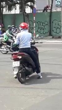 Khó hiểu người phụ nữ dừng xe máy giữa ngã tư để... nghe điện thoại