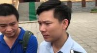 Bác sỹ Hoàng Công Lương chia sẻ với báo giới sau khi hoãn xử