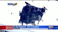 Máy bay chiến đấu F-16 của Mỹ đâm thủng nóc nhà kho