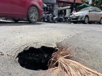 """Nhiều người té ngã vì """"hố tử thần"""" ở trung tâm Sài Gòn"""