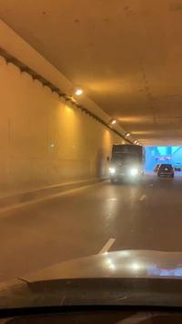 Xe tải bất chấp nguy hiểm, quay đầu đi ngược chiều trong hầm