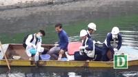 Lấy mẫu nước sông Tô Lịch sau khi áp dụng công nghệ làm sạch của Nhật Bản