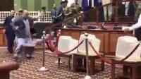 Nghị sĩ Afghanistan cầm dao dọa đâm đối thủ trong Quốc hội
