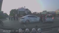 Nhầm chân ga, nữ tài xế tông hàng loạt xe khi qua vòng xuyến