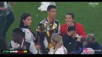 C.Ronaldo sơ ý đập cúp vô địch vào mặt con trai cưng