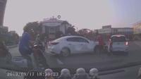 """Công an Hải Dương đang điều tra vụ xe Mazda """"ủi"""" hàng loạt phương tiện trên phố (Video người dân cung cấp)"""