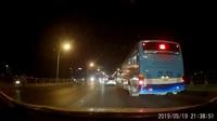 Phẫn nộ xe buýt vượt ẩu, tạt đầu xe khác suýt gây tai nạn trên cầu