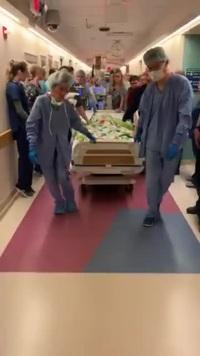 """Clip """"khoảnh khắc em bé bị chết não được đưa vào phòng mổ để hiến tạng"""" khiến dân mạng cảm động"""