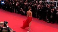 Người mẫu Mỹ Bella Hadid lựa chọn đầm đỏ dự LHP Cannes