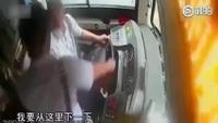 Thót tim những khoảnh khắc hành khách tấn công tài xế và giành lấy vô lăng xe buýt
