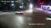 Xe máy gặp tai nạn nghiêm trọng vì vượt đèn đỏ