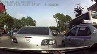 Đang dừng đèn đỏ, xe ô tô phía trước bất ngờ chạy lùi đâm thẳng vào xe sau