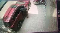 Trộm đập vỡ cửa kính xe ô tô, lấy ví tiền trong chớp mắt