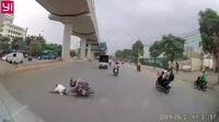 Xe máy chạy ẩu, tạt đầu khiến người đàn ông bị ngã ngay trước mũi xe tải