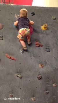Thán phục em bé leo núi hết sức chuyên nghiệp