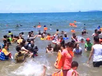 """Bình Định: """"Lạ"""" nơi người dân tắm biển lúc 12 giờ trưa để xả xui"""