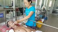 Bà Tuấn chăm chồng tại bệnh viện