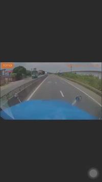 Đánh lái tránh người đi xe máy sang đường bất cẩn, xe container lao hẳn sang làn đường ngược chiều