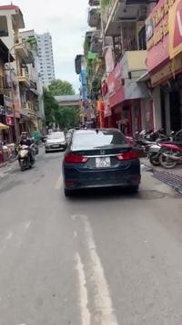 Người phụ nữ lái xe ô tô không cần mở gương chiếu hậu, thản nhiên đi vào đường cấm