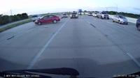 Ô tô lũ lượt đi ngược chiều trên đường cao tốc ở Mỹ